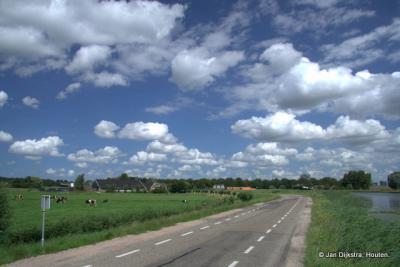 Vanaf de Voetangelbrug kijken we in noordelijke richting naar Ouderkerk aan de Amstel
