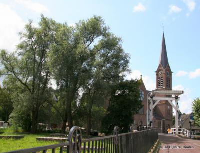 De RK kerk, met links op de voorgrond de Joodse begraafplaats Beth Haim. Zie voor deze laatste de link onder het kopje Bezienswaardigheden.
