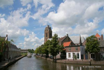 Zicht op de Noord-IJsselkade in het centrum van Oudewater, met op de achtergrond de Grote Kerk of Sint Michaelskerk. In de toren bevindt zich een beiaard met 49 klokken. Het carillon wordt bespeeld op woensdag- en zaterdagmiddag van 15 tot 16 uur.