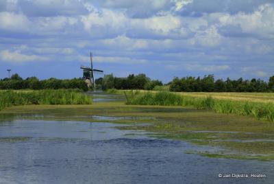 En daar zien we de Oukoopse Molen in buurtschap Oukoop bij Reeuwijk, prachtig in het landschap