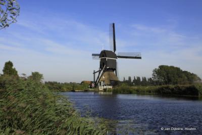 De Oudendijkse molen. Deze staat niet In Overslingeland maar in Hoornaar. De molen is echter prachtig te zien ao aan het riviertje de Giessen, vanuit Overslingeland.