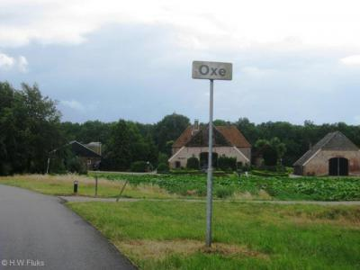 Oxe (buurtschap van Colmschate en Deventer) had lange tijd een heel klein plaatsnaambordje (want heel korte plaatsnaam)...