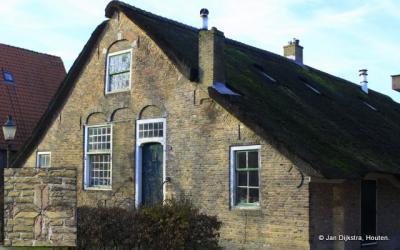 Een zeer oude woning in Polsbroek. Bijzonder is het metselteken links naast de deur. Zie de inzet linksonder in de afbeelding.