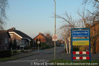 Buurtschap Graetheide heeft een bebouwde kom en heeft daarom blauwe plaatsnaamborden, met 30 km-zone