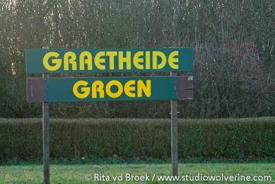 Het Graetheide Comité laat d.m.v. deze borden in het gebied Graetheide weten dat zij dit groene gebied, omringd door sterk verstedelijkt gebied, graag zo groen mogelijk wil houden i.p.v. ook dit nog te bebouwen met industrie en woningen.