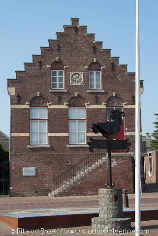 Nieuwstadt, gemeentehuis met trapgevel en bordes
