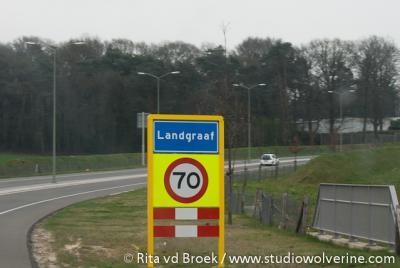 De gemeente Landgraaf is tegenwoordig één grote bebouwde kom, met dus dienovereenkomstige blauwe plaatsnaamborden. De voormalige gemeenten en dorpen Nieuwenhagen, Schaesberg en Ubach over Worms en het dorpje Rimburg worden met witte bordjes aangegeven.