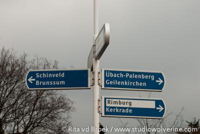 Ook op ANWB-richtingaanwijzers wordt het dorpje Rimburg in de gemeente Landgraaf in 'zwart op wit' aangegeven