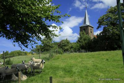 Op de terp bij de kerk van Raard