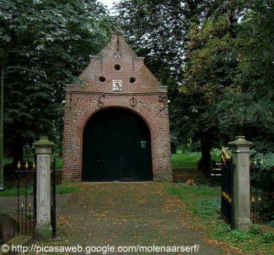 Raerd, de Stinspoort uit 1603 is de toegang tot het Raerder Bosk waar in het voorjaar veel stinzenplanten groeien.
