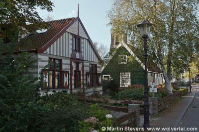 Het kleine dorp Ransdorp heeft tientallen rijksmonumenten, veelal markante, kleurrijke houten woningen. Dit zijn er enkele van.
