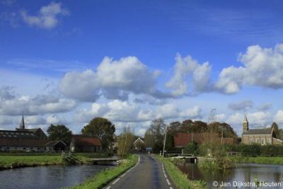 Reeuwijk-Dorp, de beide kerken op 1 foto; rechts de hervormde kerk, links de RK kerk.