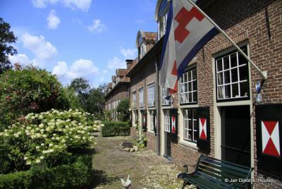 De kasteelwoningen aan de Dorpsstraat, met de vlag van Renswoude
