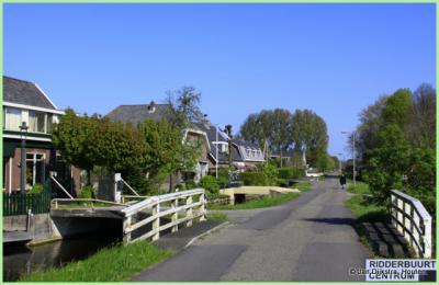 Wat een contrast: de zeer landelijke buurtschap Ridderbuurt ligt direct N van de zeer stedelijke kern Alphen aan den Rijn