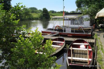 Om de Linge te bevaren, kun je een bootje huren bij het Spijkseveer