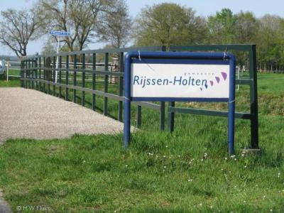 De gemeente Rijssen-Holten heet u met deze fraaie borden welkom in haar gemeente.