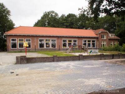 Basisschool Steenbergen te Roderesch is na afloop van schooljaar 2012-2013 gesloten. De school is gefuseerd met basisschool De Poolster in Nieuw-Roden en in 2015 herbestemd tot dorpshuis 't Rashuys.