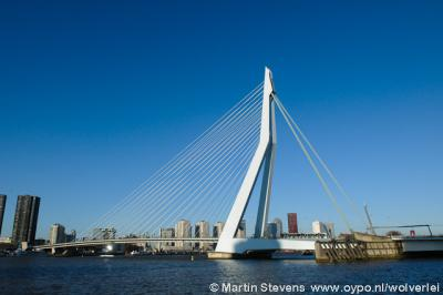 Een van de blikvangers van Rotterdam is de in 1996 gereedgekomen Erasmusbrug - bijgenaamd De Zwaan - over de Nieuwe Maas.