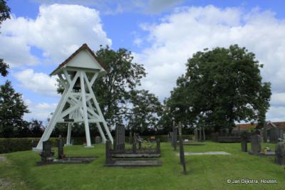 Op de begraafplaats van Rottum vinden we het enige rijksmonument van het dorp: de betonnen, 20e-eeuwse klokkenstoel met een 15e-eeuwse luidklok
