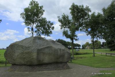 Dit is met ruim 44.000 kilo de grootste zwerfkei van Nederland. De kei is in 1996 opgegraven en in het dorp geplaatst.