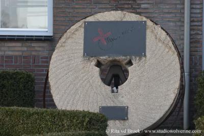 Ulicoten, deze molensteen herinnert aan de geschiedenis van de fa. Teeuwes.