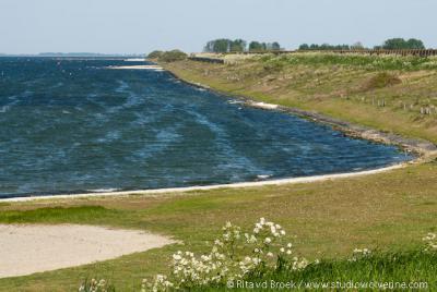 Scharendijke ligt verscholen achter deze voormalige zeedijk