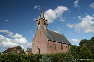 Hoog in het dorp Ryptsjerk staat de kerk
