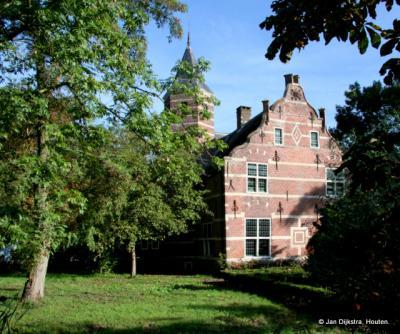 Rijksmonument het huis Schelluinderberg in Schelluinen dateert oorspronkelijk uit medio 16e eeuw, maar heeft daarna in de loop der eeuwen nogal wat uitbreidingen en verbouwingen ondergaan. Daarover kun je alles lezen in het hoofdstuk Bezienswaardigheden.