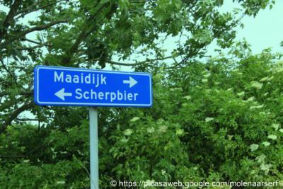 Scherpbier (buurtschap van Oostburg) heeft sinds 2013 plaatsnaambordjes, voorheen kon je slechts aan de straatnaambordjes herkennen dat je er was aangekomen.