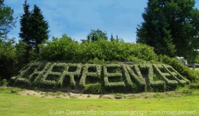 Van ons mag het een trend worden, want verfraaiing van het landschap: na de Zeeuws-Vlaamse buurtschap Marolleput is in 2011 ook in Scherpenzeel een 'gefiguurzaagd' plaatsnaam'bord' in een heg gesignaleerd.