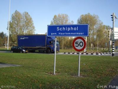 """Schiphol is geografisch gezien eigenlijk een bedrijventerrein, maar formeel is het een """"woonplaats"""" met bijbehorende officiële blauwe plaatsnaamborden (komborden)."""