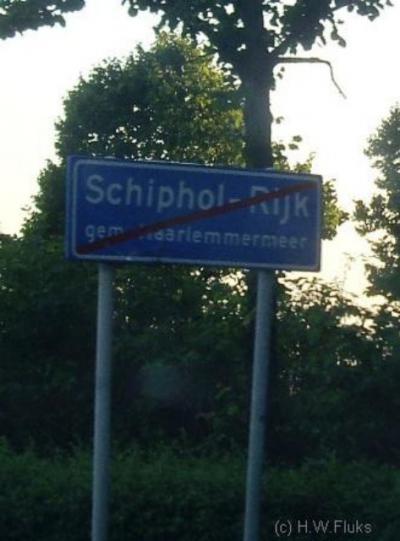 Ook Schiphol-Rijk is formeel een 'woonplaats' met blauwe plaatsnaamborden (komborden), hoewel het in de praktijk 'gewoon' een bedrijventerrein is, overigens genoemd naar het dorpje Rijk dat in de jaren zestig moest wijken voor de uitbreiding van Schiphol.
