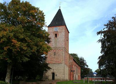 De oudste, romaanse delen van de Hervormde kerk van Siddeburen zijn de onderbouw van de kerktoren en de twee meest westelijke traveeën. Deze delen zijn rond 1200 gebouwd. Enkele tientallen jaren later is het gebouw verlengd in romanogotische stijl.