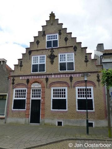 Sint-Annaland, rijksmonumentaal pand op Voorstraat 38, met rijk gedetailleerde trapgevel en overige gevelelementen