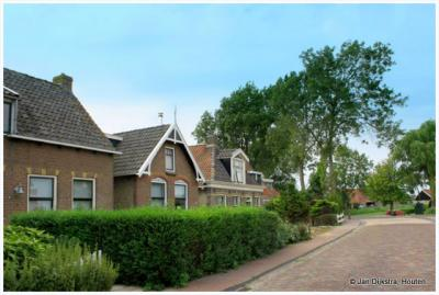 Dorpsweg in Idsegahuizum of zoals ze in Fryslân zeggen Skuzum.