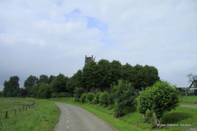 Het kerkje van Slappeterp tussen de bomen, zoals in Fryslân veel kerkjes in het landschap liggen.