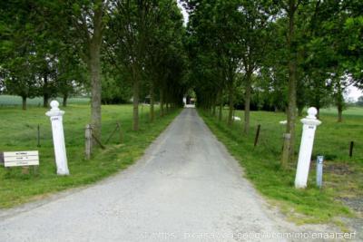 Slikkenburg heeft geen plaatsnaamborden en is ook niet te herkennen aan een gelijknamige straatnaam. Slechts aan het eind van de buurtschap (vanuit Zuidzande gezien) vind je Hoeve Slikkenburg, met de naam op de toegangspalen.