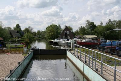 Slikkendam (buurtschap van Woerdense Verlaat), de sluis bij Slikkendam verbindt de rivier de Kromme Mijdrecht met de Nieuwkoopse Plassen.