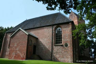 Hervormde kerk met losstaande toren in Slochteren.