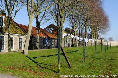Sloten, de was wordt aan gemeenschappelijke drooglijnen gehangen op het voormalige bolwerk van Sloten.