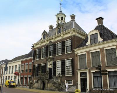 Het uitbundig versierde stadhuis in Sneek