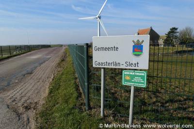 Een wat ongelukkige bordencombinatie; de gemeente Gaasterlân-Sleat heette je hier met dit fraaie bord welkom, terwijl eronder lijkt te staan dat je geen vrije toegang tot de gemeente hebt. Natuurlijk wordt daar het object achter het hek mee bedoeld...