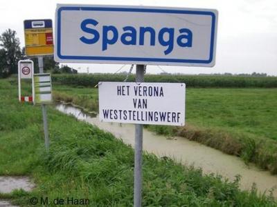 Het dorpje Spanga, wegens de jaarlijkse opera's bekend als 'het Verona van Weststellingwerf', heeft geen plaatsnaamborden meer. In ieder geval in 2008 stonden die er nog wel, getuige deze foto.