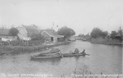 Stokkelaarsbrug ligt rond een 'kruising' van drie veenrivieren. Rechtuit zie je de Waver, linksaf de Oude Waver en rechtsaf de Winkel. Dit is een ansichtkaart uit 1910.