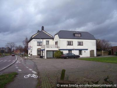 Strijbeek strekt zich vier km lang uit langs de Strijbeekseweg, van Ulvenhout tot aan de Belgische grens. Nabij de grens lág Café-Restaurant De Douanier, enkele jaren geleden herbestemd tot woonhuis. Gelukkig zijn in het dorp zelf nog 2 horecagelegenheden