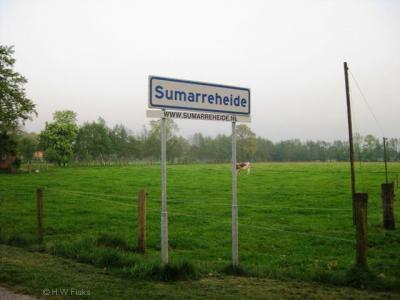 De inwoners van de buurtschap Sumarreheide maken onder het plaatsnaambord reclame voor hun lokale site. En terecht want het is een zeer informatieve site. Van harte aanbevolen als u meer over verleden en heden van Sumarreheide wilt weten.