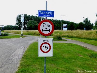 Dit lijkt een plaatsnaambordje Tacozijl, maar duidt het gelijknamige watersportcentrum aan op Plattedijk 20, dat net buiten de bebouwde kom van Lemmer ligt.