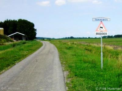 Takkebos, aan de Takkebosserweg staat maar een pand; dat wordt kennelijk als buurtschap Takkebos beschouwd, getuige de plaatsnaambordjes ter plekke. Vanuit Winsum word je gewaarschuwd uit te kijken voor modder.