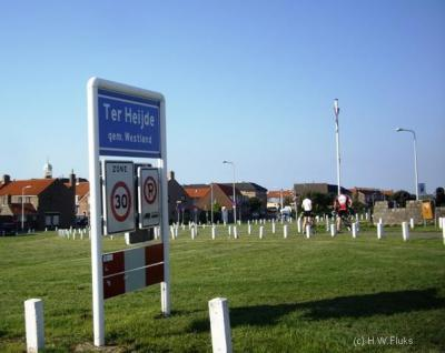 Ter Heijde is de officiële naam van dit dorp, getuige o.a. het plaatsnaambord. In de praktijk wordt het dorp gezien de ligging vaak Ter Heijde aan Zee genoemd.