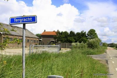 Een klein deel van Tergrêft ligt op de oostelijke oever van de Dokkumer Ee, en heeft daar nog de Nederlandse spelling.